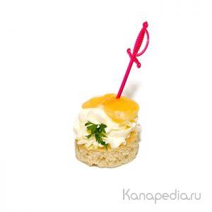 Воздушный крем сыр с долькой мандарина на гренке
