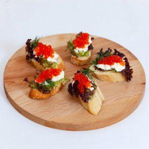 brusketta s krem syrom i ikroj 1