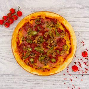 Пицца с ветчиной, пепперони и острым перцем